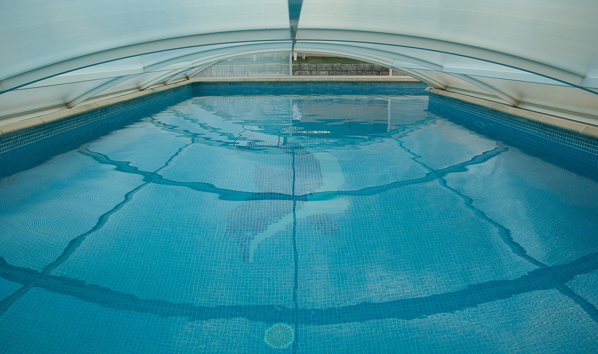 swimming-pool-1647498_1920
